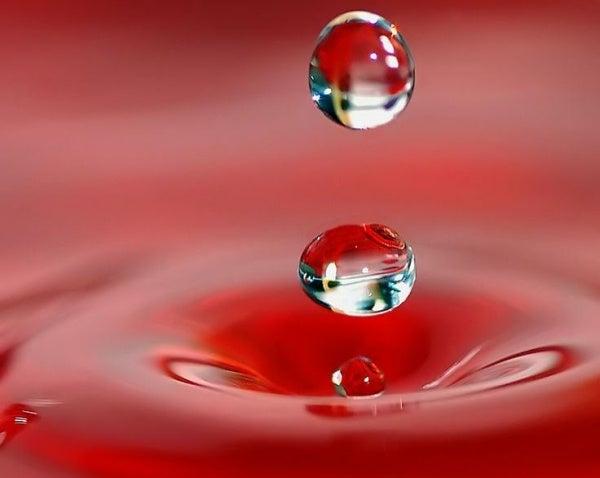 Twee druppels die verdwijnen in het water, als symbool voor vluchtige liefde
