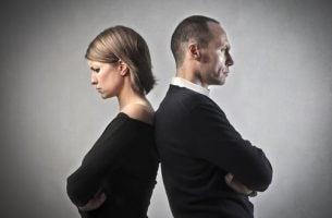 Twee Mensen Die Boos Zijn En Met Hun Ruggen Naar Elkaar Toegedraaid Staan Als Voorbeeld Van Ongelukkige Stelletjes