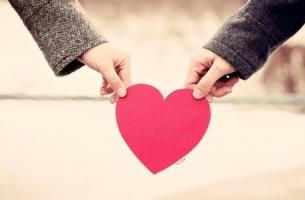 Twee Mensen Die Samen Een Hartje Vasthouden En Denken Is Hij/Zij De Liefde Van Je Leven