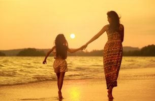 Moeder Die Met Haar Dochter Over Het Strand Loopt En Haar Leert Om Te Gaan Met Ongemakkelijke Emoties