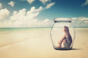 Meisje dat zichzelf heeft opgesloten in een glazen pot, als voorbeeld van zelfkastijding