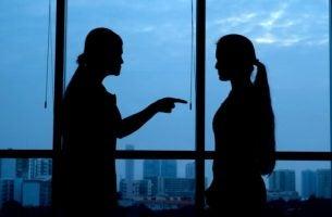 Psychologische projectie: de ene partner projecteert zijn angst en wantrouwen op de andere partner