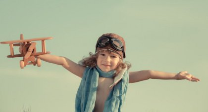 Jongetje met houten vliegtuig