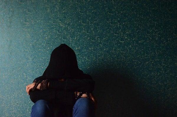 Man is verdrietig als gevolg van zijn impulsiviteit