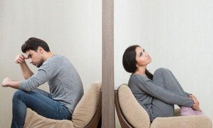 Twee mensen die elkaar negeren en niet goed omgaan met problemen