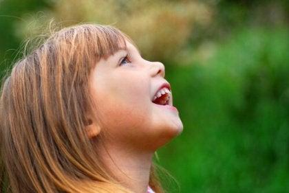 Lachend Kind