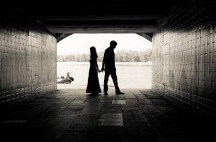 Twee mensen die in een tunnel staan en zij willen hun emotionele afhankelijkheid overwinnen