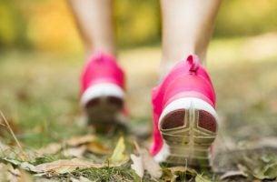 Meisje Dat Aan Het Hardlopen Is Want Ze Weet Dat Buiten Zijn Goed Voor Je Is