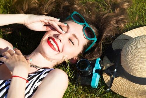Meisje Dat In Het Gras Ligt Te Genieten Van De Zon En Zo Haar Haar In De War Laat Brengen