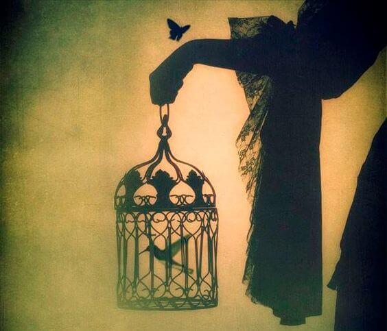 Een vogel die in een kooi geboren wordt, zal denken dat vliegen een ziekte is
