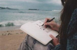 Meisje maakt gebruik van haar creativiteit en schrijft een boek