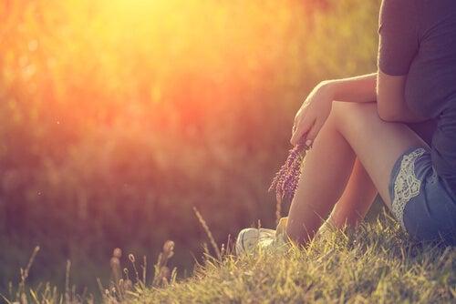 Vrouw Zit in Gras