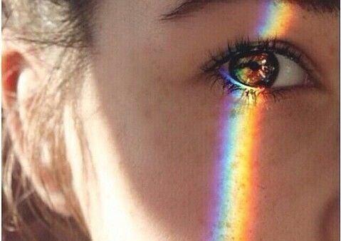 Regenboog weerspiegeld op het gezicht van een meisje