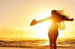 Vrouw Op Het Strand Die Meer Innerlijke Rust Heeft