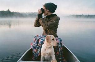 Vrouw In Een Bootje Met Hond