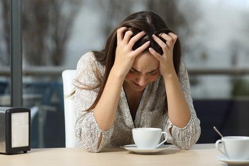 Vrouw Die Boos Voorovergebogen Zit Vanuit Ongecontroleerde Woede