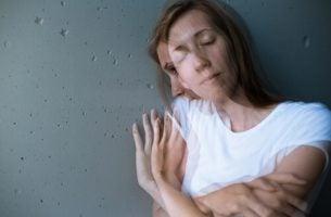 Vrouw Die Met Haar Ogen Dicht Tegen Een Muur Aan Zit Omdat Ze Lijdt Aan Psychische Stress