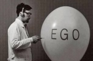 Hoe Kun Je Omgaan Met Egoïstische Mensen. Man Prikt Ego-Ballon Leeg.