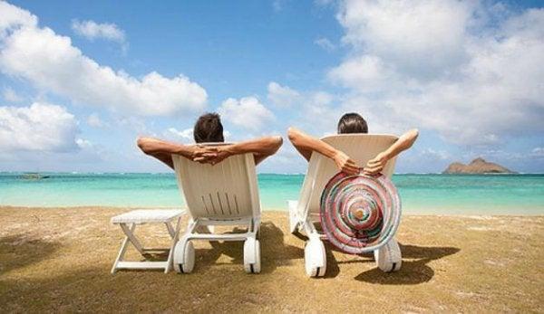 Twee Mensen Die Liggen Te Genieten Op Het Strand En Hun Leven Niet Laten Vergallen Door Hun Vervelende Baas