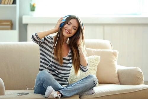 Meisje Dat Muziek Luistert Om Makkelijker Uit Bed Te Komen