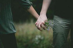 Twee Mensen Die Elkaars Hand Vasthouden Waarmee Ze Elkaar Vertellen: Ik Ben Er Voor Je