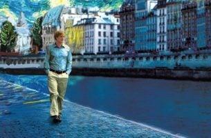 Man Loopt Door Straat Van Parijs En Kampt Met Nostalgie
