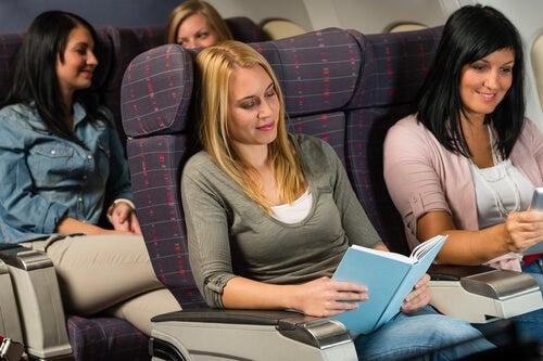 Meiden Die Samen In Het Vliegtuig Zitten