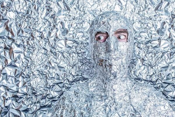 Man Die Ingepakt Zit In Aluminiumfolie En Dit Bezorgt Hem Psychische Stress