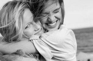 Twee Meisjes Die Elkaar Omhelzen Vanwege Hun Ware Vriendschap