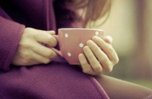 Vrouw Die In Haar Eentje Een Kopje Koffie Drinkt Omdat Alleen Zijn Met Jezelf Noodzakelijk Is