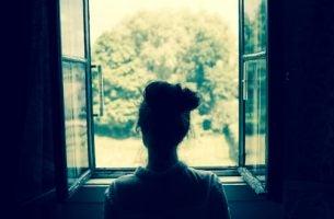 Meisje Kijkt Uit Het Raam