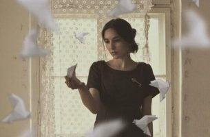 Vrouw In Kamer Met Papieren Vogels, Afgunst Herkennen Bij Jezelf