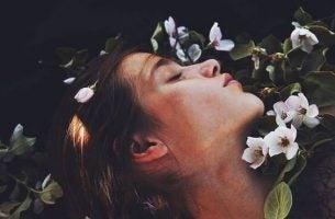 Gezicht Van Een Vrouw Met Bloemen