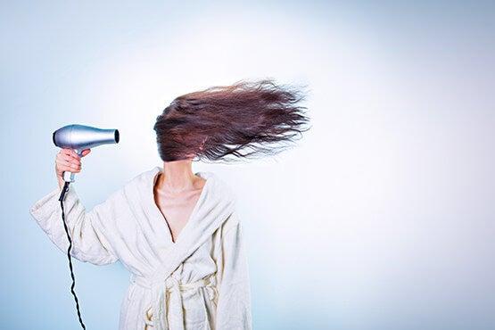 Vrouw Die Haar Haar Op Vreemde Wijze Föhnt Omdat Ze Lijdt Aan Psychische Stress