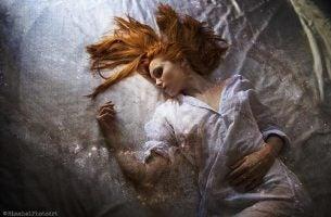 Vrouw Ligt Op Bed