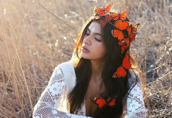 Bruinharige Vrouw Met Allemaal Oranje Vlinders In Haar Haar