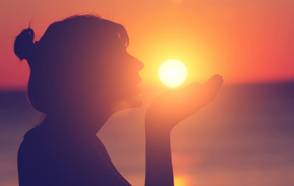 Vrouw Die De Ondergaande Zon Op Haar Hand Houdt Om Pijn Na Verlies Te Verzachten