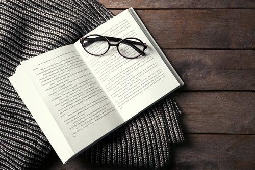 Een Open Boek Met Een Bril Erop Dat Een Van De Revolutionaire Boeken Is Die Ons Aan Alles Doen Twijfelen