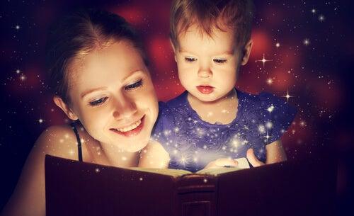 Moeder Die Voorleest Voor Haar Dochtertje Als Voorbeeld Van Briljante Ouders