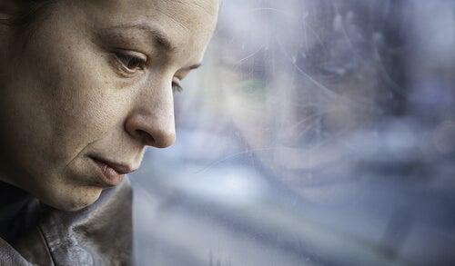 Vrouw Die Verdrietig Uit Het Raam Staart Want De Pijn Na Verlies Is Heftig