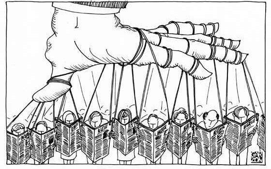 Een Hand Die Met Allemaal Touwtjes Een Groep Mensen Bestuurt Die De Krant Lezen Als Symbool Voor Hoe We Worden Gemanipuleerd Door De Media