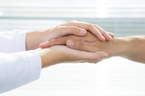 Handen Op Elkaar Als Voorbeeld Van Niet-Farmacologische Interventies