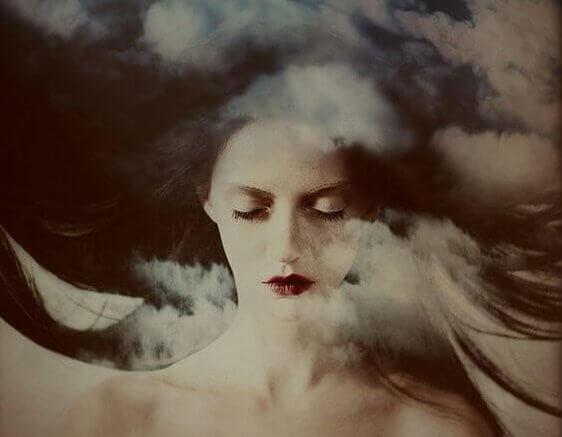 Vrouw Met Haar Ogen Dicht En Wolken Om Zich Heen Want Gevoelens Tasten Onze Maag Aan
