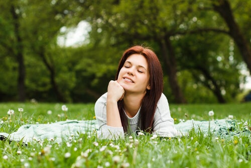 Meisje Dat Ligt Te Genieten In Het Gras Omdat Vroeg Opstaan Voor Haar Niet Hoeft