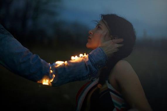 Arm Van Man Staat In Brand