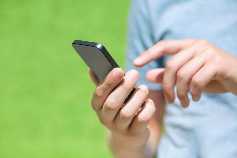 Jongen Die Bezig Is Op Zijn Telefoon Voor Wie De Boodschap Haal Het Meeste Uit Je Studietijd Niet Geldt
