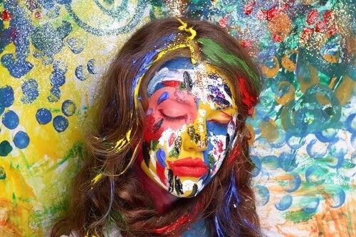 Kleurrijk Beschilderde Vrouw Die Lijdt Onder Patriarchale Overtuigingen