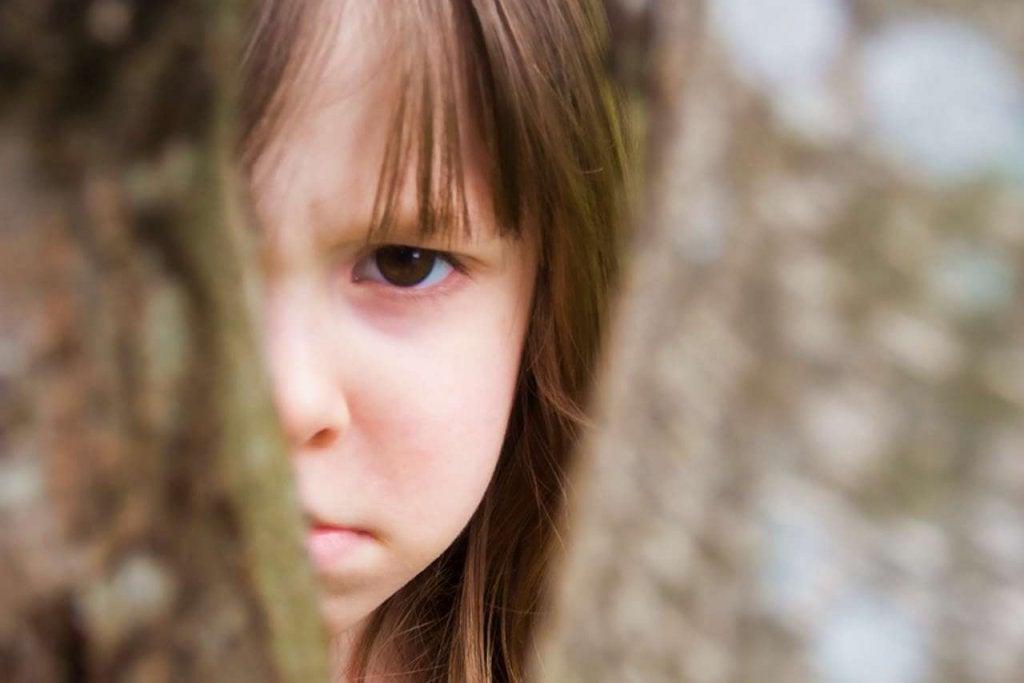 Kindje Dat Zich Achter Een Boom Verstopt Vanwege Geweld Binnen Het Gezin