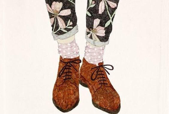 Schoenen Van Een Meisje Dat Een Broek Met Bloemen Erop Aan Heeft