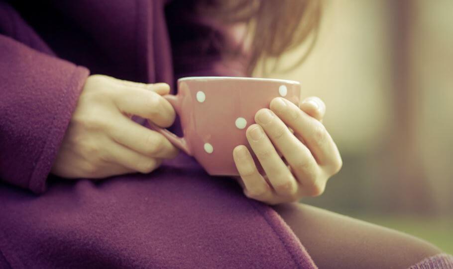 Meisje Dat Een Kopje Koffie Drinkt En Bij Zichzelf Denkt Haal Het Meeste Uit Je Studietijd